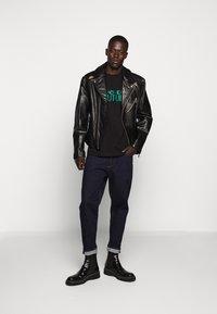 Versace Jeans Couture - LOGO - T-shirt imprimé - black - 1