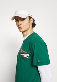 Tommy Jeans - BACK GRAPHIC TEE UNISEX - Print T-shirt - rural green - 3
