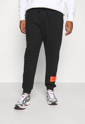 BADGE PANT - Teplákové kalhoty - black
