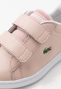 Lacoste - CARNABY EVO - Tenisky - natural/white - 2