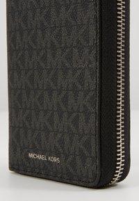 Michael Kors - GREYSON TECH ZIP AROUND - Peněženka - black - 2