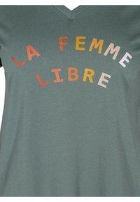 Zizzi - FIERCE STRAIGHT TEE - Print T-shirt - balsam green - 2