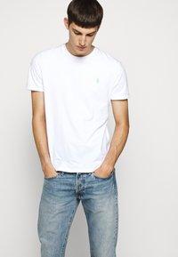 Polo Ralph Lauren - Camiseta básica - white/ant neon - 2