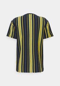 Tommy Jeans - CENTRE BADGE  - T-shirt imprimé - twilight navy/multi - 1