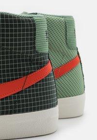 Nike Sportswear - BLAZER MID '77 PATCH - Zapatillas altas - dutch green/orange/galactic jade - 7