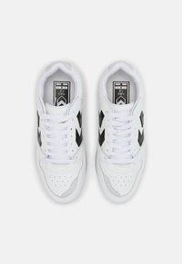 Hummel - POWER PLAY UNISEX - Sneakers - white/black/grey - 3