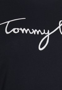 Tommy Hilfiger Curve - CREW NECK GRAPHIC TEE - Print T-shirt - desert sky - 4