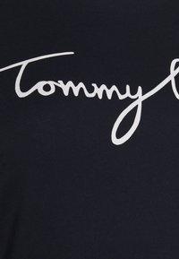 Tommy Hilfiger Curve - CREW NECK GRAPHIC TEE - Triko spotiskem - desert sky - 4