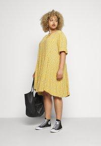 Zizzi - XANA KNEE DRESS - Korte jurk - golden yellow - 1