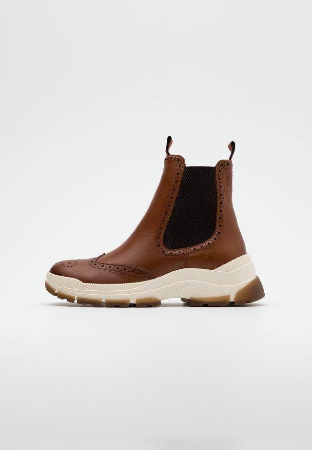 MAIA  - Kotníkové boty na platformě - cognac