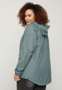 Zizzi - MIT REISSVERSCHLUSS UND KAPUZE - Summer jacket - green - 2