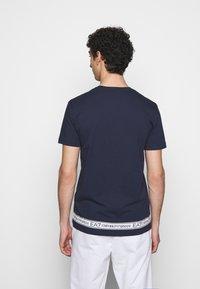 EA7 Emporio Armani - T-shirt med print - dark blue - 2
