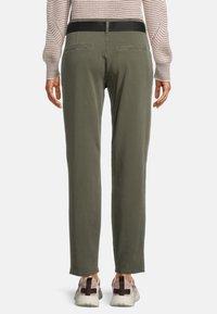 Betty & Co - MIT GÜRTEL - Pantalon classique - dunkelgrün - 2