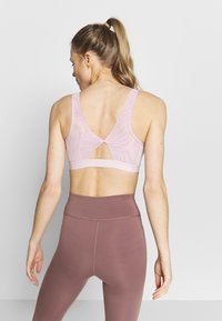 Nike Performance - FAVORITES NOVELTY BRA - Reggiseno sportivo - plum chalk/barely rose - 2