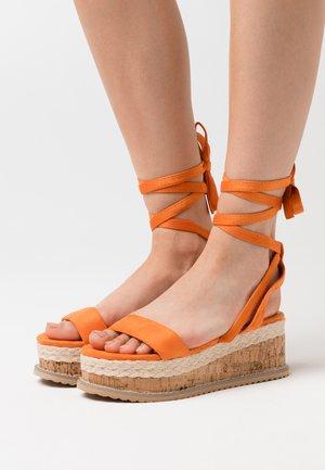 VEGAN FAN - Sandalen met plateauzool - orange