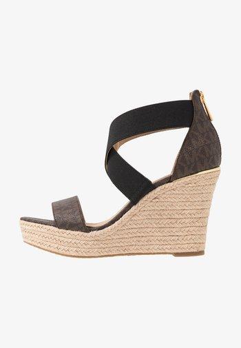 PRUE WEDGE - Sandály na vysokém podpatku - brown
