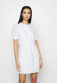 NA-KD - SMOCK DETAIL MINI DRESS - Vestido de cóctel - white - 1