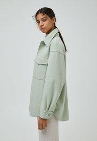 PULL&BEAR - Halflange jas - green - 4