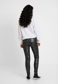 Vero Moda Tall - VMDESTROY SNAKE LEG - Leggings - black - 2