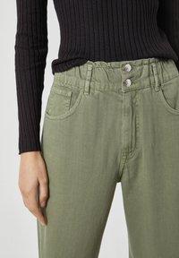 PULL&BEAR - Relaxed fit jeans - mottled dark green - 3