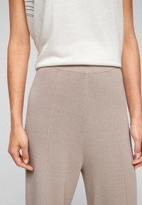 s.Oliver BLACK LABEL - Trousers - light grey - 3
