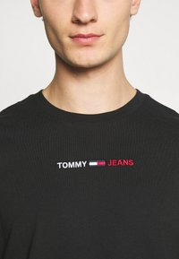 Tommy Jeans - LINEAR LOGO TEE - Triko spotiskem - black - 4