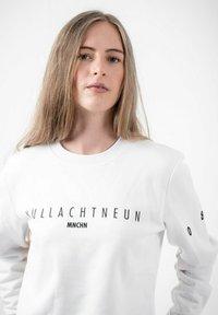 PLUSVIERNEUN - MÜNCHEN - Sweatshirt - white - 5