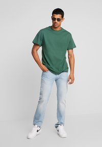 Perry Ellis America - ON THE BACK - Print T-shirt - pineneedle - 1