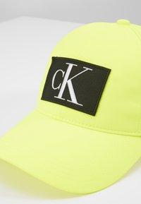Calvin Klein Jeans - ESSENTIALS - Cappellino - yellow - 2
