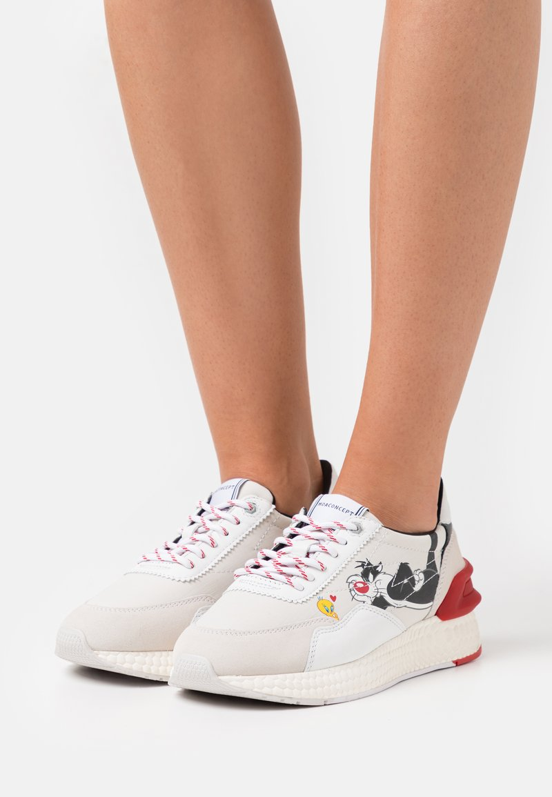 MOA - Master of Arts - RUNNING - Trainers - white/red