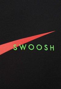 Nike Sportswear - TEE - T-shirt med print - black/ember glow - 2