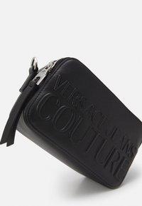 Versace Jeans Couture - LOGOMANIA CAMERA BAG - Across body bag - nero - 3