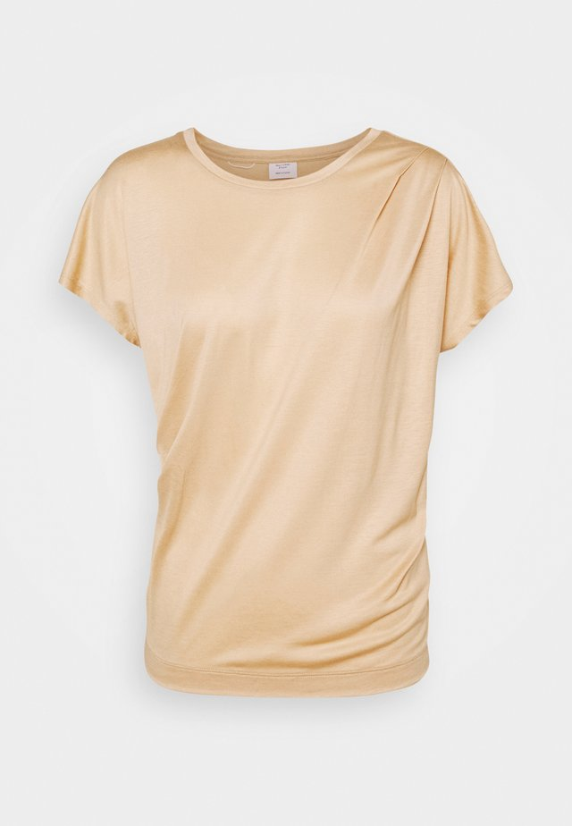 SHORT SLEEVE PLEAT DRAPE - Basic T-shirt - camel