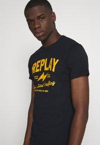 Replay - TEE - T-shirt imprimé - blue - 3