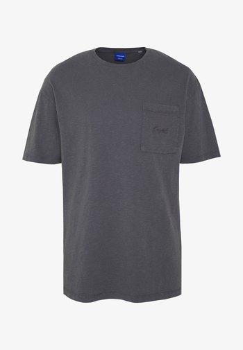 JORDUSTY TEE CREW NECK - Jednoduché triko - asphalt