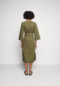 J.CREW - BELTED TUNIC - Denní šaty - frosty olive - 2