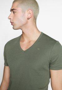 G-Star - BASE V-NECK T S/S 2-PACK - T-shirt basic - oliv - 4