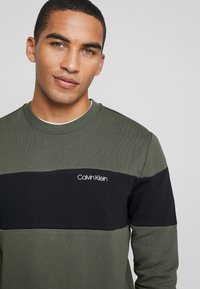 Calvin Klein - LOGO - Sweatshirt - green - 4