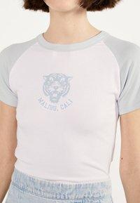 Bershka - MIT RAGLANÄRMEL - T-shirt imprimé - white - 3
