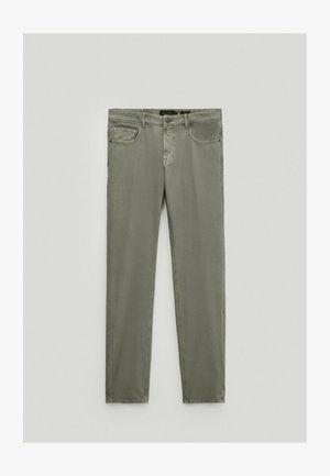 MIT RISSEN  - Slim fit jeans - green