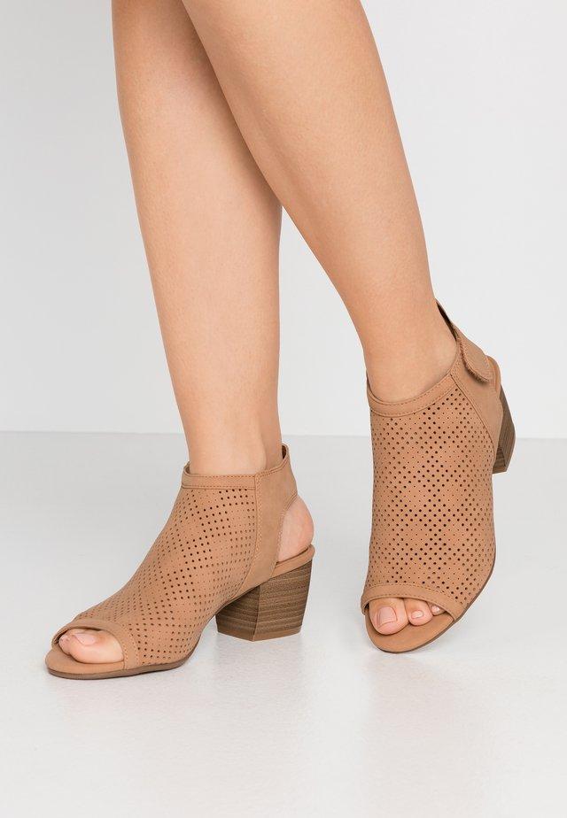 GREILLAN - Sandały - beige