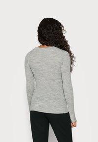 Selected Femme Petite - SLFCOSTA NEW DEEP UNECK - Neule - light grey melange - 2