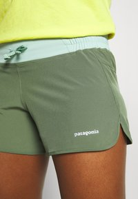 Patagonia - NINE TRAILS - Shorts outdoor - camp green - 4