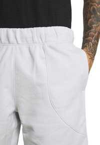 Under Armour - BASELINE SHORT - Sports shorts - halo gray light heather/black - 3