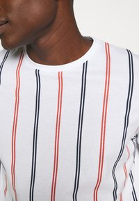 Jack & Jones - JORJERRY TEE CREW NECK  - T-shirt print - white - 5