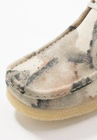 Clarks Originals - WALLABEE - Casual lace-ups - offwhite - 5