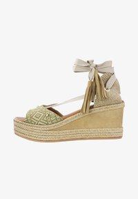 Priscila Welter - Sandalen met sleehak - beige - 1