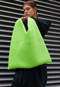 MM6 Maison Margiela - JAPANESE BAG CLASSIC - Bolso shopping - acid green - 0