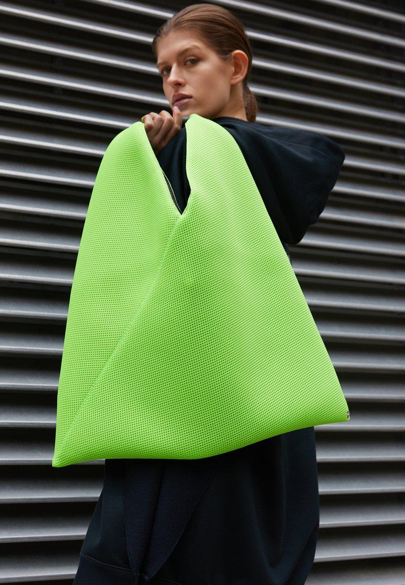 MM6 Maison Margiela - JAPANESE BAG CLASSIC - Bolso shopping - acid green