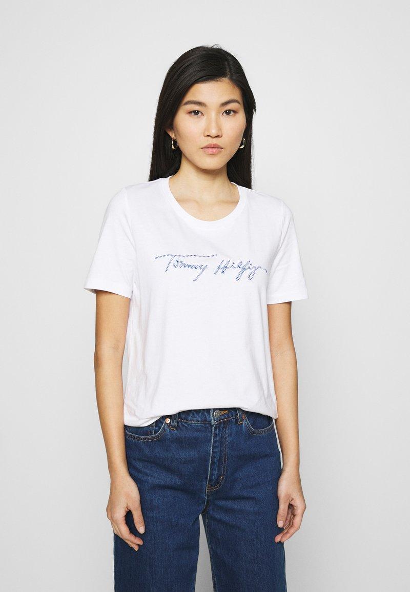 Tommy Hilfiger - REGULAR SCRIPT OPEN TEE - T-shirts med print - white